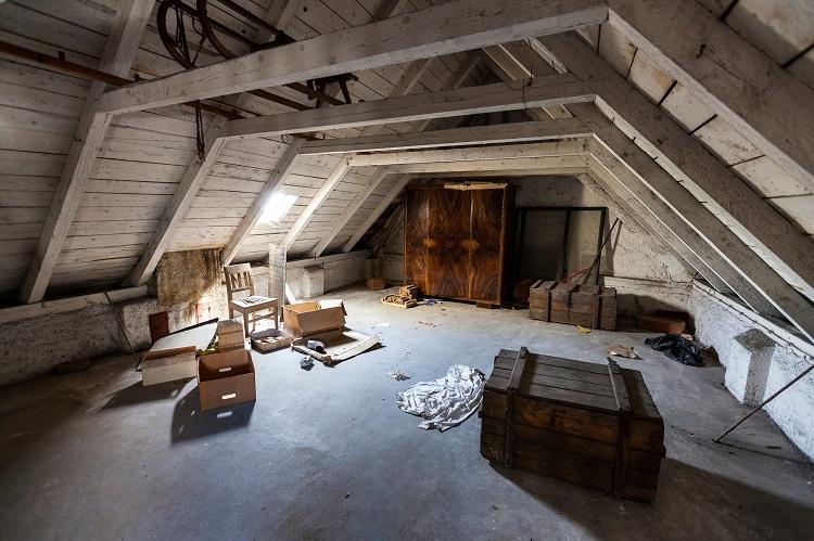 Loteng rumah yang terabaikan, Sumber : azcentral.com